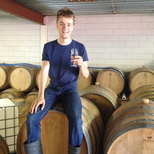 5000BC - Tommie Sjef Koenen zit op een vat bier